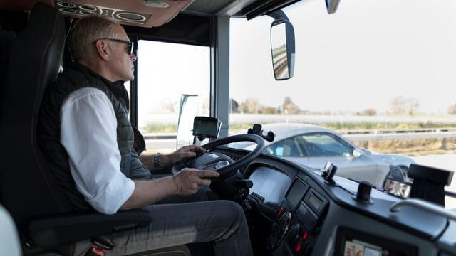 Chauffeur dad in bus a lunga distanza sin viadi.