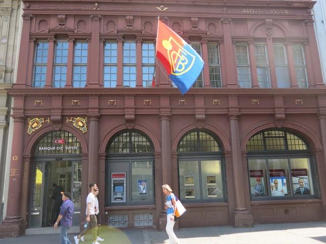 FCB-Flagge bei Bank.
