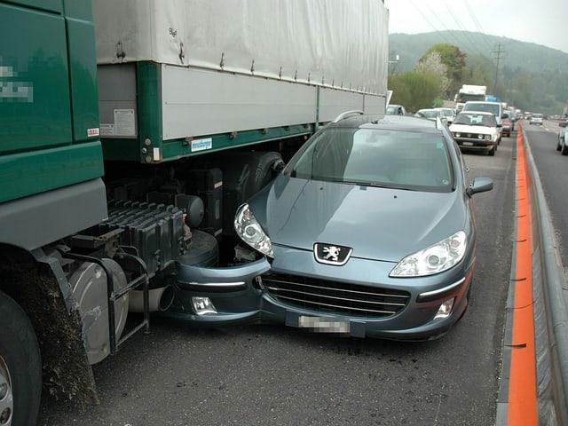 Verunfalltes Auto, Lastwagen auf Autobahn