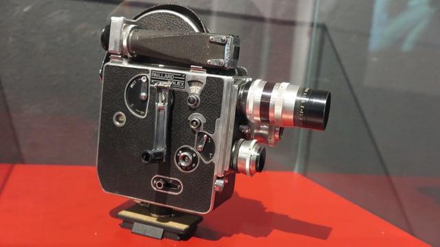 Alte Kamera in einer Vitrine.