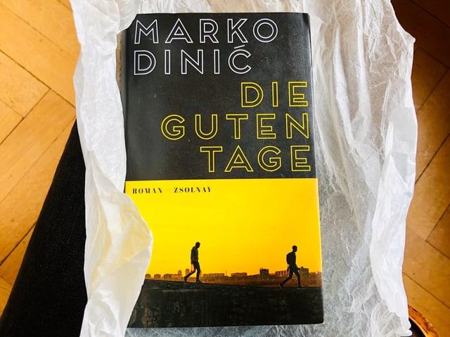 Der Roman «Die guten Tage» von Marko Dinić:ist in Backtrennpapier eingewickelt