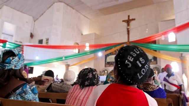 Gläubige sitzen in einer christlichen Kirche.