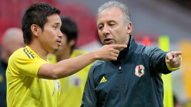 Alberto Zaccheroni instruiert Yuto Nagatomo.