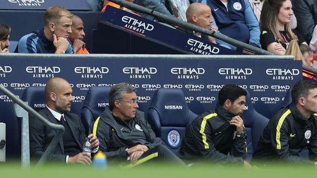 Coach Guardiola und Joe Hart auf der City-Bank