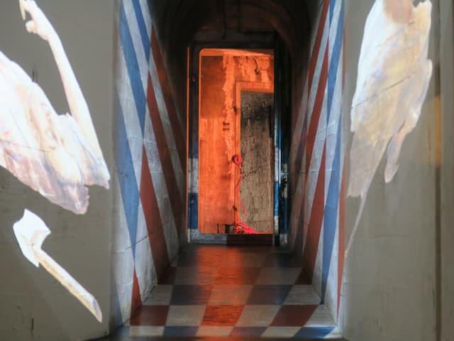 Bilder links und rechts - in der Mitte eine orangefarbene Tür.
