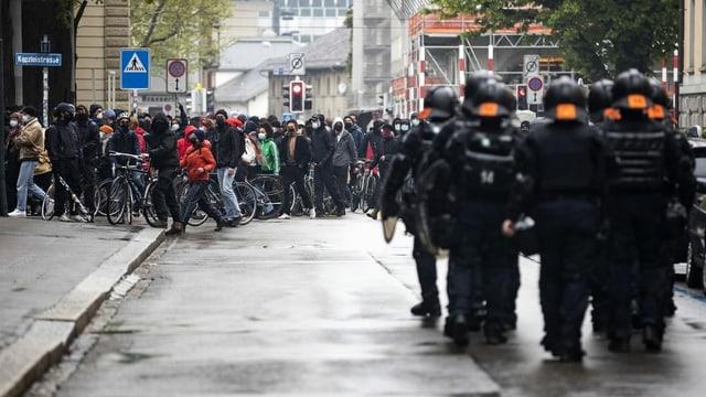 davantvart gruppa da polizistas e polizists en equipament da protecziun, davosvart cortegia da demostraziun