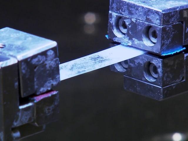 Materialtest an einer Membran.