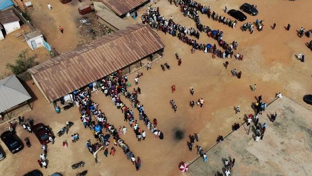Drohennbild von Warteschlange ausserhalb von Wahllokal