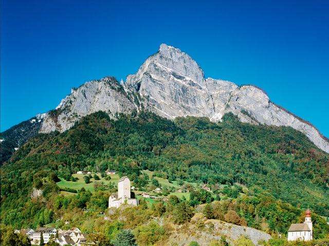 Der Berg Gonzen, im Vordergrund die Stadt Sargans