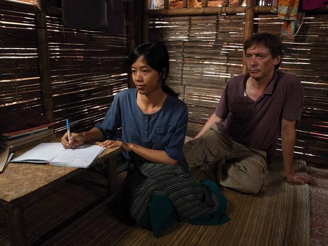 Szenenfoto mit Jorm Leun Hkam als Say Paw, Adrian Furrer als Fritz