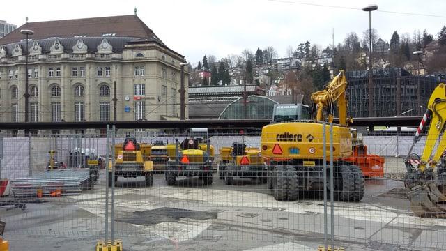 Baumaschinen auf dem Bahnhofsplatz