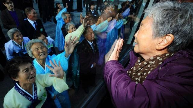 Verwandte aus dem Süden und dem Norden bei einem Wiedersehen in Nordkorea im Jahr 2010. Nun soll es neue Treffen geben.
