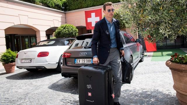Stephan Lichtsteiner mit Koffer bei der ankunft im Mannschaftshotel