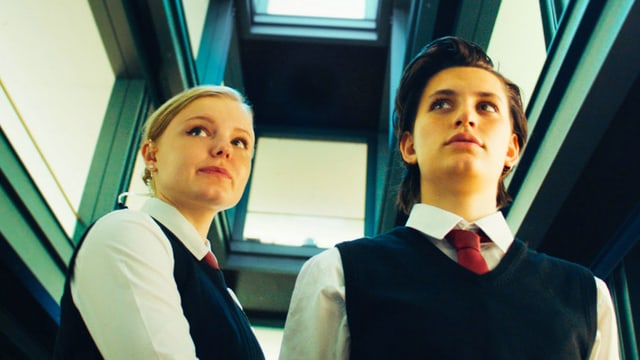Zwei junge Frauen in Security-Uniformen.