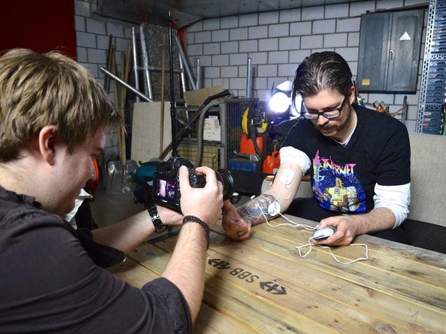 Kameramann Jan filmt Guido mit den Impulsgebern am Arm