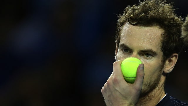 Tennisspieler mit Ball vor Nase.