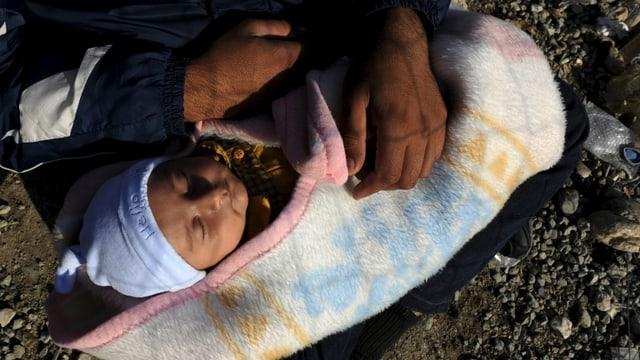 Ein Baby in einem Flüchtlingslager in Griechenland