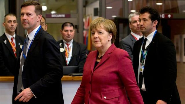 La chanceliera tudestga Angela Merkel ensemen cun autras persunas.