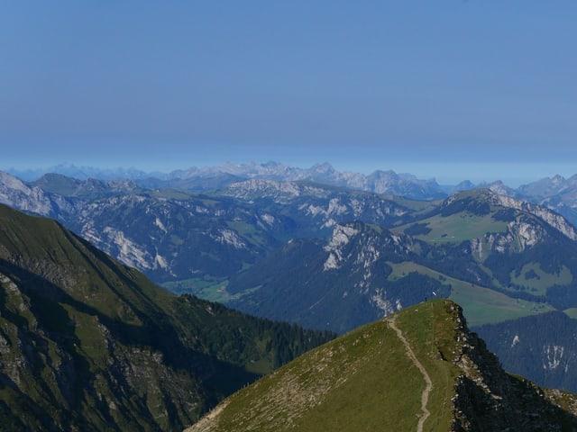 Vom Bergipfel aus ist über den anderen Berge ein trübe Schicht zu erkennen, die Luftschichten darunter und darüber sind klar.