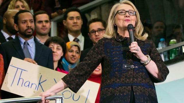 Hillary Clinton bei ihrer Abschiedsrede. Im Hintergrund hält ein Mann ein Schild mit der Aufschrift «Thank You»