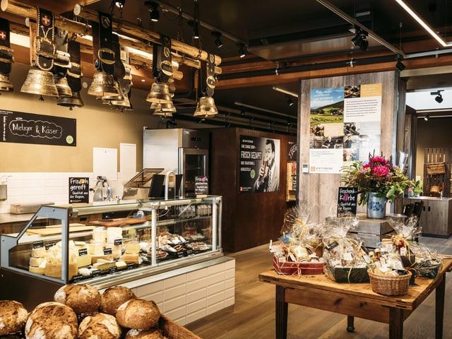 Innenansicht Bergladen, Wurst- und Käse-Auslage