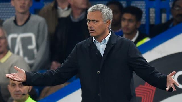 Jose Mourinho gestikulierend an der Seitenlinie.