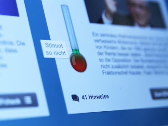 Auf einem Bildschirm ist ein Ausschnitt der Seite «ZDF Check» zu sehen. Neben einer Behauptung eines Politikers steht da «Stimmt so nicht».