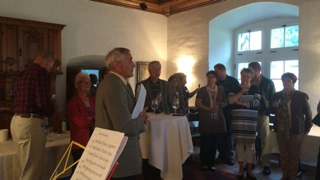 Historiker Hans Stadler erläutert die Geschichte des Schloss A Pro in Seedorf.