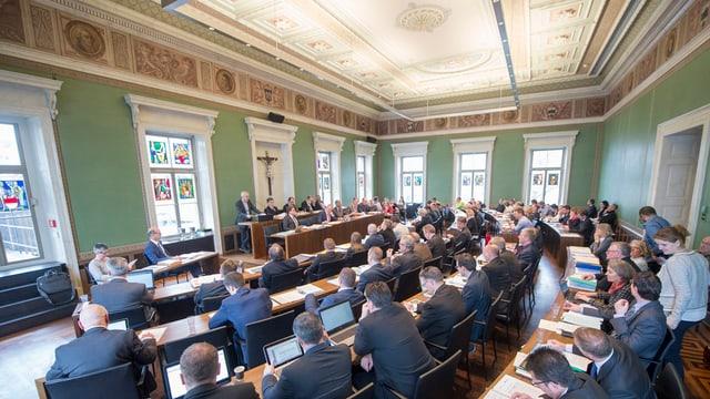 Kantonsratssaal in Zug mit vielen sitzenden Parlamentariern