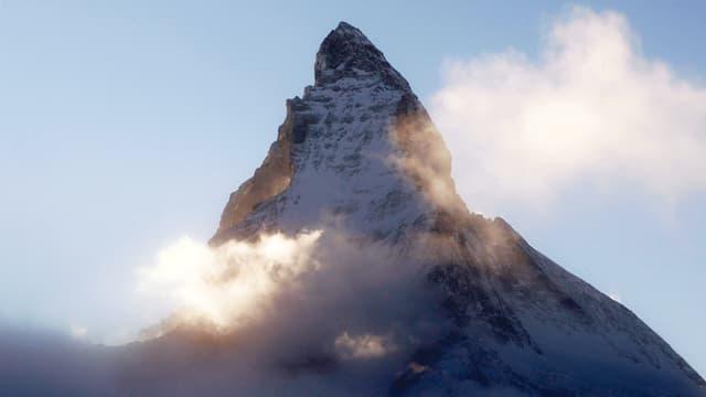 Das Matterhorn umgeben von Nebel.