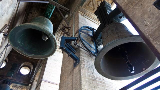 Zwei Glocken im Glockenturm einer Kirche.