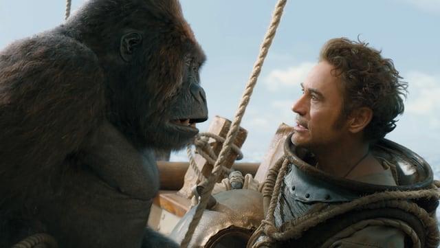 Dr. Dolittle (Robert Downey Jr.) beruhigt den furchtsamen Gorilla Chee-Chee.