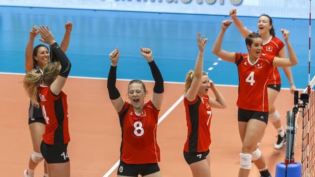Die Schweizer Volleyballerinnen freuen sich ausgelassen.