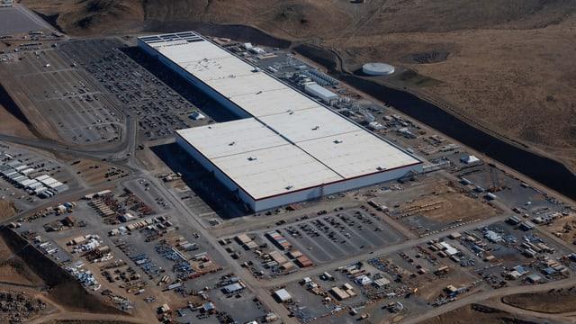 Luftaufname einer grossen Fabrikhalle