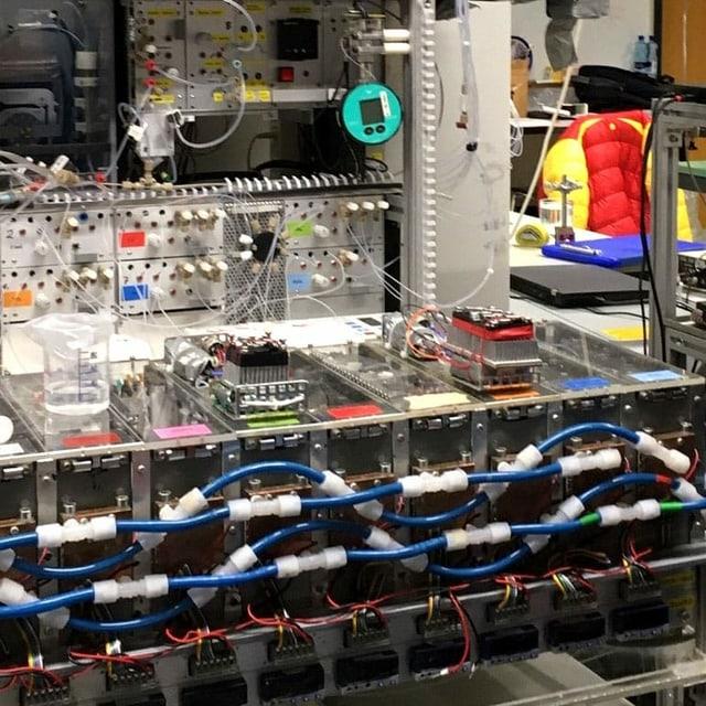 Ein Wirrwarr aus Kabeln und Steckern in einem Labor.