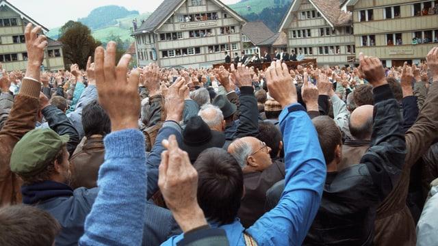 Männer erheben die Hand zur Abstimmung in Hundwil.