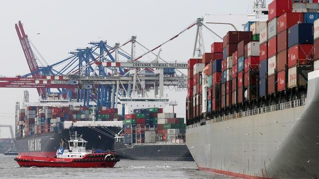 Der Containerfrachter «Hamburg Bridge» wird am 06.05.2014 beim Anlegen an den HHLA Containerterminal Tollerort im Hafen von Hamburg von zwei Schleppern unterstützt.