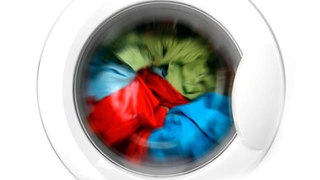 Farbige Wäsche im Trockner