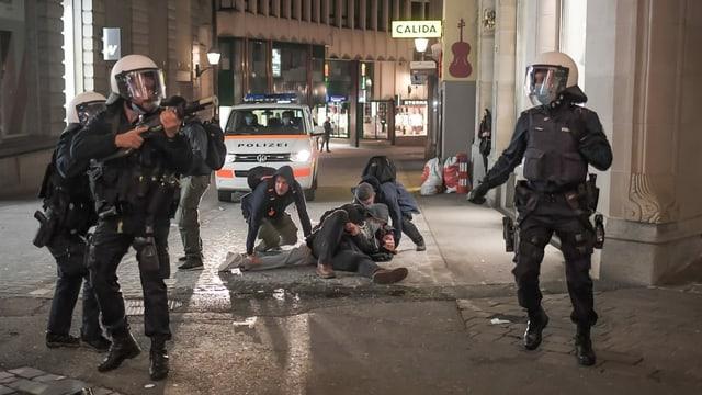 Polizei verhaftet Person in St.Gallen.