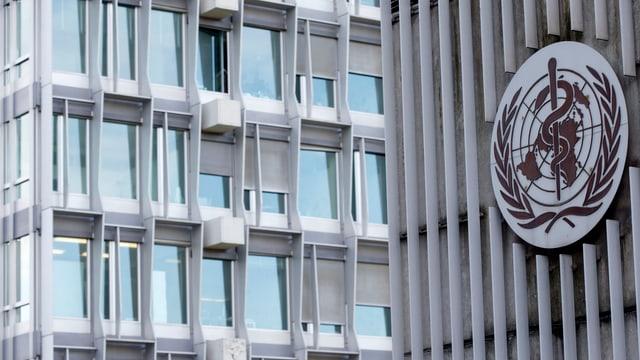 Il logo da la WHO vi dal bajetg a Genevra.