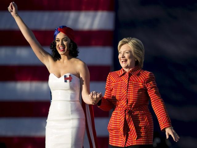 Perry und Clinton bei einer Wahlveranstaltung im Oktober 2015.