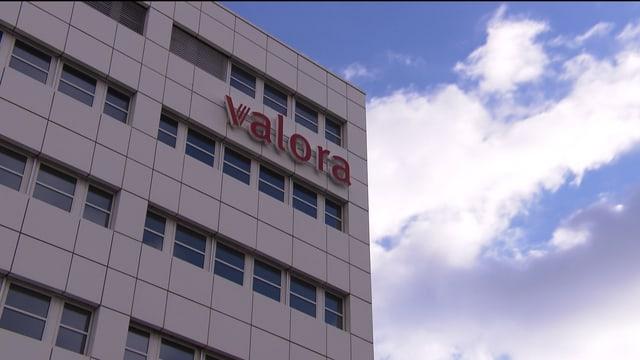 Geschäftsgebäude mit Valora-Schriftzug.