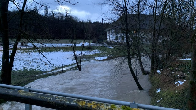 Überschwemmtes Feld durch die «Wyna» bei Suhr im Kanton Aargau.