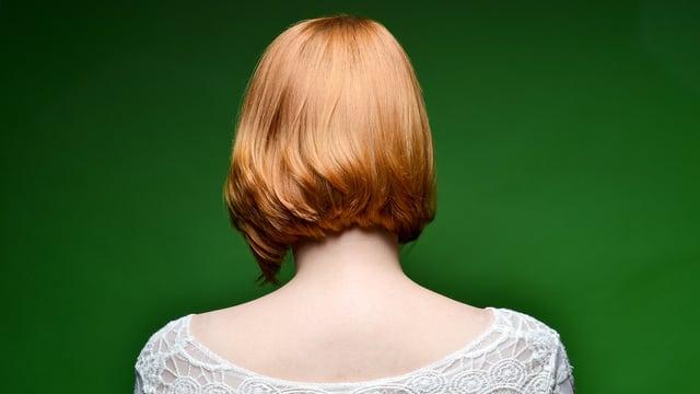 Der Kopf einer Frau von hinten.