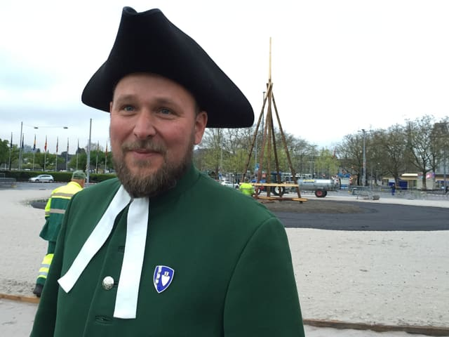 jüngerer Mann in historischem Gewand mit Dreispitz