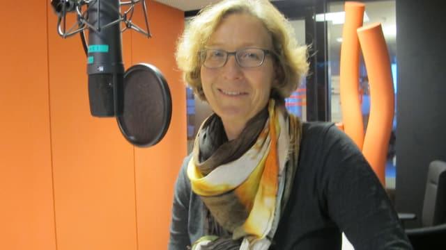Ein Frau mit Brille und kurzen, blonden Haaren in einem Aufnahmestudio