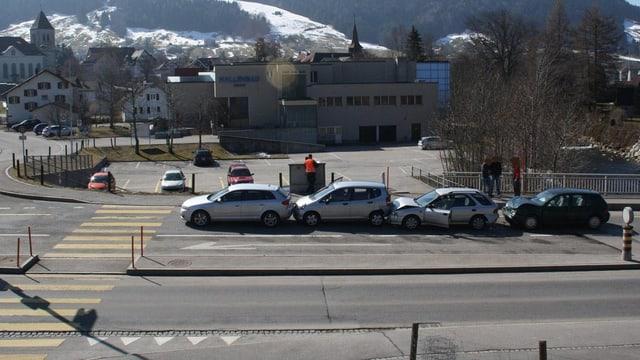 Vier Autos sind an einem Fussgängerstreifen ineiander gefahren.