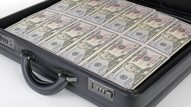 Ein Koffer voll Geldscheinen mit US-Dollars.