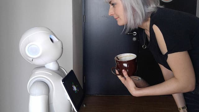 SRF 3-Moderatorin Face-to-Face mit «Pepper».