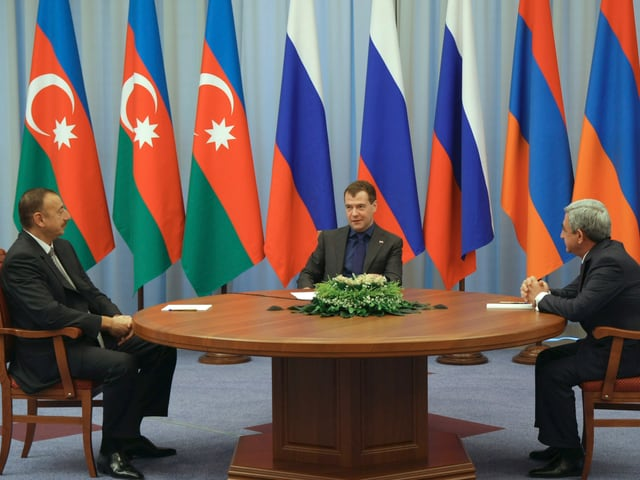 Im Oktober 2010 treffen sich die beiden Staatspräsidenten von Aserbaidschan und Armenien zusammen mit Russlands Präsident Dmitri Medwedew.